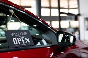 vi är öppna tecken på en bil