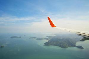 Flygfoto över planvinge över Phucket Island, Thailand foto