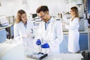 grupp unga forskare som analyserar kemiska data i laboratoriet foto