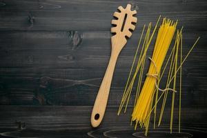 spagettinudlar och redskap foto
