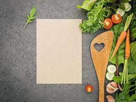 meny mock-up med grönsaker foto