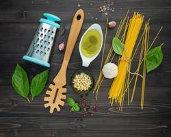 spagettinudlar och ingredienser foto