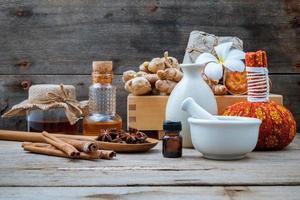 naturliga spaingredienser på rustik träbakgrund foto