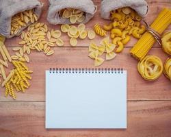 pasta och en anteckningsbok foto