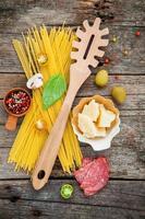 italienska ingredienser på trä foto