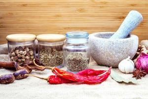 sortiment av kryddor med en mortel foto