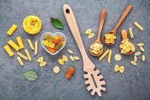 torkade pasta på en grå bakgrund foto