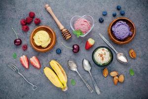 glass med frukt och nötter platt låg foto