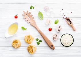 italienska ingredienser på en sjaskig vit bakgrund
