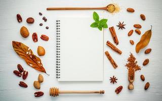 anteckningsbok och kryddor foto