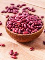 röda njure bönor i en träskål foto