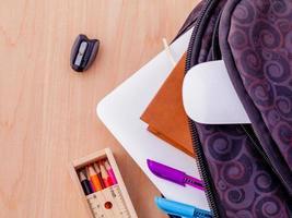 skolmaterial i en ryggsäck