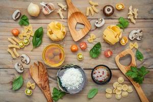 italiensk mat platt låg på trä foto