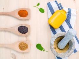torkade kryddor och senap