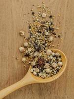 torkade kryddor i en sked