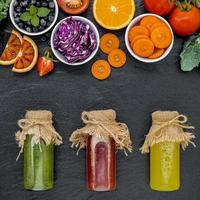 färsk juice i burkar foto