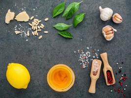 färska ingredienser för salladsdressing foto