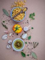 italiensk pasta med grönsaker och olivolja foto