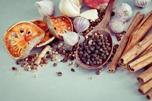 diverse örter och kryddor på ett bord foto
