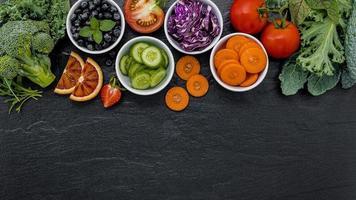 färska grönsaker och frukt med kopia utrymme foto