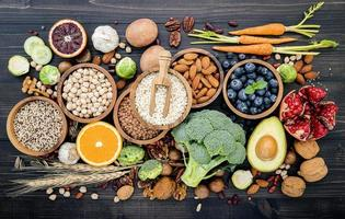 hälsosamma ingredienser på mörkt trä foto