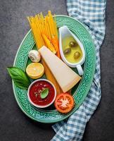 italienska ingredienser på en tallrik foto