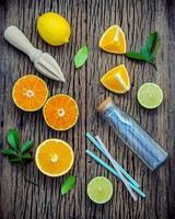 citrusfruktsaft platt låg foto