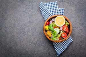 skål med sallad med kopieringsutrymme foto