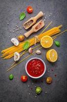 italienska ingredienser på mörkt skiffer foto