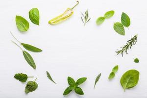 ram av färska gröna ingredienser foto