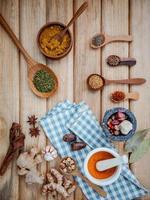 ovanifrån av torkade örter och kryddor foto