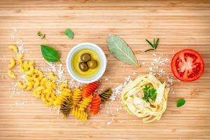 ovanifrån av färska italienska ingredienser på ljust trä foto
