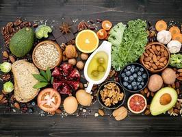 hälsosamma färska livsmedel på mörkt trä foto