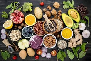 hälsosamma färska livsmedel på en mörk träbakgrund foto