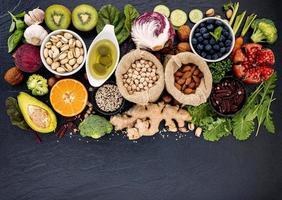 platt låg av hälsosamma färska livsmedel foto