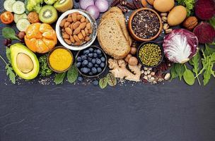val av hälsosam mat på mörkt skiffer foto
