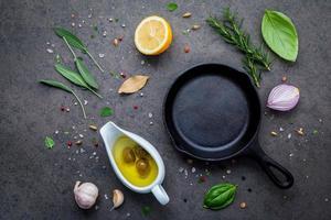 stekpanna och färska ingredienser foto