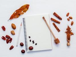 höstsmak med en spiralanteckningsbok foto
