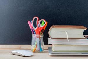 böcker och förnödenheter på ett skrivbord