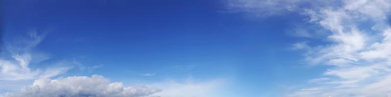 moln på en solig dag