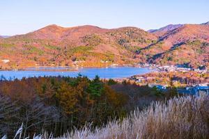 vackert landskap vid sjön yamanakako, japan