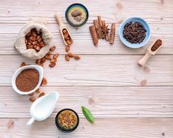 kakaopulver och kakaobönor på en rustik träbakgrund foto