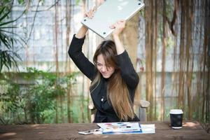 porträtt av en stressad affärskvinna på hennes arbetsplats foto