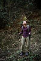 kvinna resenär med ryggsäck på vackra sommarlandskap. resekoncept. foto