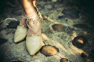 kvinnans fötter med höga klackar foto