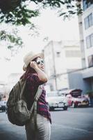 resa turist kvinna med ryggsäck utomhus under semestrar