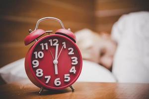 röd väckarklocka på morgonen, vakna tid för att gå till jobbet foto