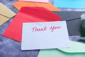tackmeddelande och färgglada kuvert