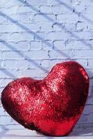röd glittrande hjärtsymbol på vit bakgrund foto