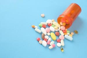 närbild av många färgglada piller och kapslar